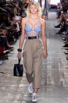 Guarda la sfilata di moda Alexander Wang a New York e scopri la collezione di abiti e accessori per la stagione Collezioni Primavera Estate 2017.