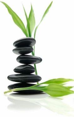 """O Feng Shui conta já com uma tradição de mais de quatro mil anos. A filosofia do Feng Shui defende que somos directamente afetados pela energia que circula em cada ambiente, quer seja em nossa casa ou até no nosso local trabalho. Feng Shui significa """"vento e água"""" e a sua componente"""