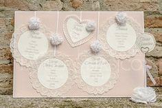 tableau de mariage idee giarrettiera pizzo   Tableau ROMANTICO con pizzo e ortensie di carta