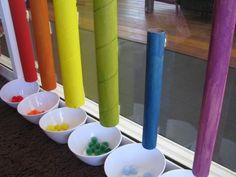 colour activities for kids: rollen in verschillende kleuren beschilderen (zelfde kleuren van de pompons die je wil gebruiken). Rollen met buddies aan de ruit vastkleven zodat er net een bakje onder past. Op die manier kunnen kinderen kleuren sorteren, met zelfcontrole