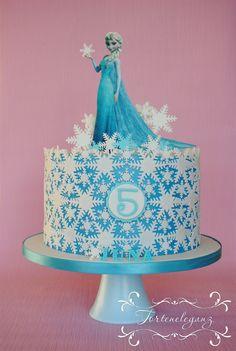 Elsa die Eiskönigin Torte Fondant mit Wafer Paper. Hellblaue Torte mit weißen Eiskristallen. 6. Geburtstag. Gefüllt war sie mit leckerer Himbeer Quark Sahne