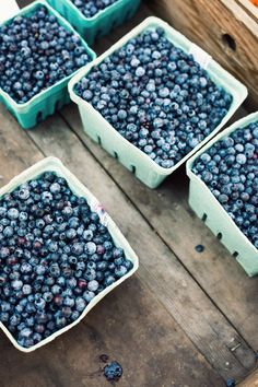 {Blueberries.} this pic makes me want to plunge my face in them! Seriously mmmmmm