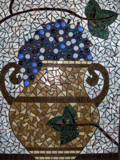 Handgemaakte 'Romeinse Druivenurn' van glasmozaiek door Creatieve Kunst.