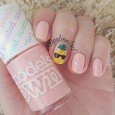 Hola chicas, como están?! Estuve bastante desaparecida pero he vuelto  y es que entre universidad y otros proyectos no he podido darle mucho tiempo al cuidado de mis uñas  En fin, este es el nail art que llevo esta semana. Es una linda piña con gafas de sol sobre un color rosa como base  #modelsown #strawberrytart #nailart #nails #nail #nailartist #pineapple #sunglasses #pink