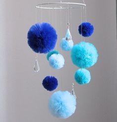 Decoratieve tulle pom pom mobiele met hangende kristallen Turquoise / Aqua / Teal - Navy - Blue Pom Poms Deze decoratieve mobiele creëert een prachtige sfeer in uw kinderkamer. Elke pom pom is handgemaakt te maken van deze ongewone decoratie ziet er geweldig uit. Kristallen verspreiden het licht spelen op de muren. Als de pom poms zijn opknoping op een lucent lijn - kijken aangezien zij dreven. Deze mobiele wieg bestaat: -tulle pom poms: 6 x ca. 2,2(6cm) 3 x ca. 4(10cm) -3 x crys...