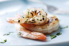 Heerlijk, gemarineerde garnalen aan een spies op de barbecue, uit de oven of gewoon lekker gebakken in de koekenpan. Maar wat zijn nu lekkere marinades voor deze zeedieren? Wat voor soort garnalen? Allereerst: welke soort garnalen gebruik je? Hollandse garnaaltjes zijn veel te klein, en passen beter in een salade of garnalencocktail. Liever gebruik je […]