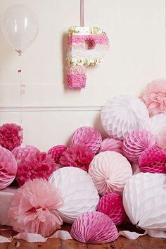 Farolillos de papel y bolas de nido de abeja en tonos rosas y fucsias