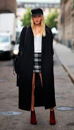 Street style look com saia xadrez e maxi casaco.
