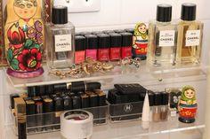 Organizando a maquiagem: nichos de acrílico.