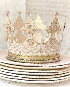 I don't know where to begin with how much I want to make one of these. for every day of the week! 😍😍😍😍😍😍😍😍😍😍😍 A Gilded Life shares how to make tiaras and crowns from paper and a die-cutting machine! How To Make Tiara, Make A Crown, Diy Crown, Crown Crafts, Somerset Place, Diy And Crafts, Arts And Crafts, Paper Crowns, Tiaras And Crowns