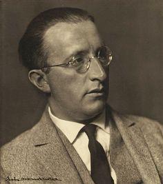 Erich Mendelsohn  fundó en 1924 el grupo Der Ring, junto con Mies van der Rohe y Walter Gropius.   Entre sus obras destacan La Torre Einstein y Taller de la fábrica de sombreros Herrmann, Luckenwalde