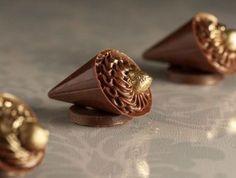 Giuliana Pimenta - Bolos e doces - São Paulo, SP Chocolate Art, Chocolate Shop, Chocolate Ganache, Party Sweets, Wedding Sweets, Mini Desserts, Just Desserts, Candy Videos, Chocolate Garnishes