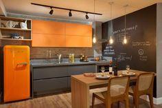 cozinha colorida bancada cinza parede lousa