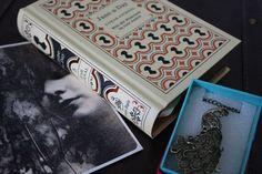 Maaliskuun teema-arvo: Verkkokaupasta tilattu. Ihana riikinkukkokaulakoru ja viiden vuoden Jane Austen -päiväkirja. <3