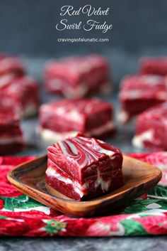 This 4 Ingredient Red Velvet Swirl Fudge is perfect for any occasion. Nothing beats an easy to make fudge recipe during the holidays, especially one that looks so impressive. This might look hard but it's incredibly easy, quick and absolutely delicious! Snickers Fudge, Nutella Fudge, Fudge Brownies, Candy Recipes, Sweet Recipes, Baking Recipes, Dessert Recipes, Dessert Food, Keto Recipes