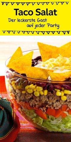 Ein echter Klassiker, der bei jeder Party gut ankommt ist dieser leckere Schic… A real classic that goes down well with every party is this delicious layered salad with tacos Taco Salad Recipes, Mexican Food Recipes, Snack Recipes, Healthy Recipes, Drink Recipes, Healthy Foods, Snacks Für Party, Snacks Diy, Bbq Party