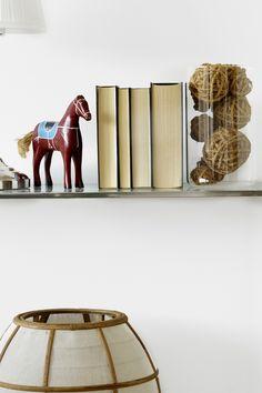 Fargen er en mild og lun greige nyanse som passer til brune toner. #lys#greige#grå#grey#warm#nøytral#lun#detaljer#stue#livingroom#soverom#bedroom#bad#bathroom#inspirasjon#inspiration#tone#farge#maling#painting#lister#karmer#fargekart#Fargerike#bokhylle#hyssing#hamp#baller#trehest Shoe Rack, Warm, Living Room, Bedroom, Grey, Painting, Inspiration, Home, Gray
