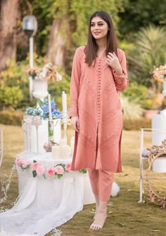 Latest Pakistani Dresses, Pakistani Fashion Party Wear, Pakistani Dress Design, Pakistani Outfits, Indian Outfits, Stylish Dress Designs, Stylish Dresses, Casual Dresses, Fashion Dresses