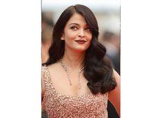 Aishwarya Rai Bachchan dazzles in gold at Cannes 2016 Deep Red Lips, Aishwarya Rai Bachchan, Steven Spielberg, Winged Eyeliner, Cannes, Diva, Gold, Fashion, Moda