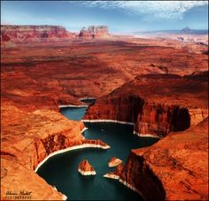 Lake Powell is a man-made reservoir on the Colorado river. Located in the United States between Utah and Arizona.