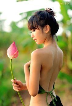 Thiếu nữ và Hoa sen