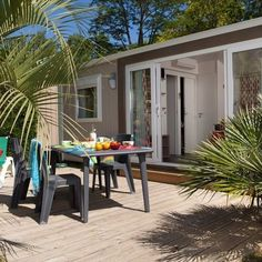Heerlijk ontbijt op het terras #stacaravan #terras #luxe #camping #vacansoleil // Petit-déjeuner sur la terrasse #mobilhome #terrasse #luxe #camping #vacansoleil #lebonheurenpleinair 🍞🍵🍳