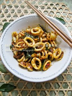 Malaysian Stir-Fried Squid (use the bags of frozen squid from the Asian food store). Calamari Recipes, Squid Recipes, Fish Recipes, Seafood Recipes, Asian Recipes, Cooking Recipes, Octopus Recipes, Malaysian Cuisine, Malaysian Food
