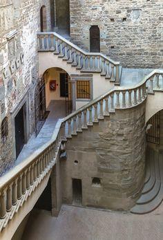 Scalinata, Castello dei Conti Guidi, Poppi, Italia (6)