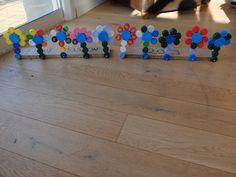 """Pour son projet du """"Jour 100"""" à l'école, Romane a créé 10 fleurs composées de 10 bouchons. Clip It, Creations, Games, Corks, Flowers, Gaming, Plays, Game, Toys"""