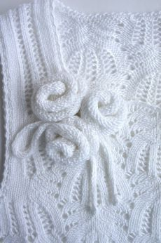 rosa knitwear crafts flowers for clothing: knitted roses tutorial free knitting patterns Knitting Stiches, Sweater Knitting Patterns, Lace Knitting, Knitting Designs, Knit Patterns, Knit Crochet, Knitted Flowers, Cloth Flowers, Flower Crafts
