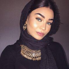 Photography: Modern Muslim woman in Hijab with beautiful eyes and eyelashes Muslim Women Fashion, Arab Fashion, Beautiful Muslim Women, Beautiful Hijab, Beautiful Eyes, Arab Girls, Muslim Girls, Hijab Evening Dress, Turban Hijab