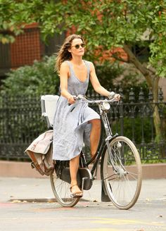 Pin for Later: 13 Times Keri Russell Oozed Cool, Laid-Back City Girl When She Made Dropping Off Her Kid at School Look Like the Poster For a Different French Film Keri Russell Style, Retro Stil, Cycle Chic, School Looks, Bicycle Girl, Bike Style, French Films, City Girl, Workout