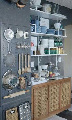 Une astuce pour utiliser un panneau perforé dans une petite cuisine : y placer les ustensiles et les accessoires les plus utilisés pour les avoir à portée de main, à côté de la zone de préparation et de cuisson