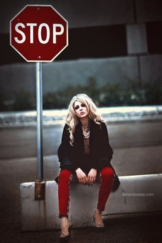 fashion photography poses that look cool Urban Fashion Photography, Fashion Photography Inspiration, Photoshoot Inspiration, Editorial Photography, Street Photography, Photography Ideas, Fashion Poses, Fashion Shoot, Editorial Fashion