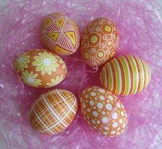 Uova bollite decorate raffinatamente per un allegro cestino pasquale.