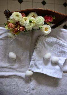 Weiße Ranunkeln & rosa Rosen mit Eiern (c)cettinavicenzino.com