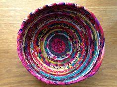 korg Bra Hacks, Textiles, Diy Crafts, Rugs, Crochet, Bra Tips, Craft Ideas, Decor, Jeans