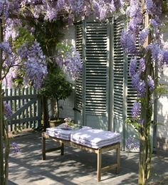 Beautiful wisteria Whilst ancient throughout principle, the actual pergola is enduring a present day rebirth Wisteria Pergola, Vides, Outdoor Tables, Outdoor Decor, Planter Boxes, Plein Air, Garden Inspiration, Outdoor Living, Outdoor Furniture Sets