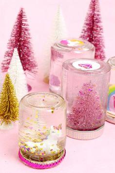 DIY Schneekugeln sind günstig aus einem leeren Marmeladeglas gezaubert – die perfekte DIY Geschenk Idee für Weihnachten. Klicke hier für die Anleitung!