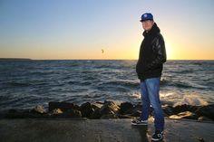 Artikel von alles-mv.de über mich   Seine Heimat Rostock mit Warnemünde liegt dem HipHop-Künstler sehr am Herzen, was auch das neueste Video beweist. Foto: Pressefoto Gabreal