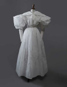 Une robe d'après-midi vers 1830, vendu 43 750 € (frais compris) le 20 juin 2014 | Daguerre