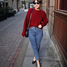 A bright red jumper and some cat eye sunglasses can deflect a multitude of sins - teamed with my favourite jeans it's a look I return to time and time again! How perfect is this shade of red? Shop via the link in my bio or search for the product code: 544010625 @newlookfashion #thisisnewlook #AD