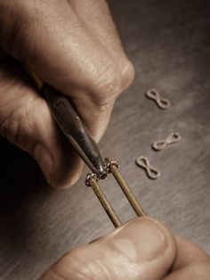 Shaping the twisted gold links