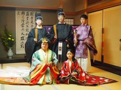 A group of people dressed in heian robes at a junihitoe photography experience.  junihitoe.jp