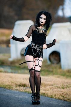 Top Gothic Fashion Tips To Keep You In Style. As trends change, and you age, be willing to alter your style so that you can always look your best. Consistently using good gothic fashion sense can help Punk Girls, Gothic Girls, Hot Goth Girls, Goth Beauty, Dark Beauty, Emo Fashion, Gothic Fashion, Fashion Clothes, Style Fashion