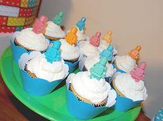 Cupcakes não podem faltar, são deliciosos e lindos para decorar uma mesa.Detalhes são os bonecos lego em chocolate colorido, um charme.