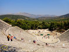 Foto tirada da última fileira do Teatro Antigo de Epidauro, na Grécia. Modo de entrar em alfa: ativar! #travel #traveling #trip #tourism #blog #blogdeviagem #oladobomdetudo