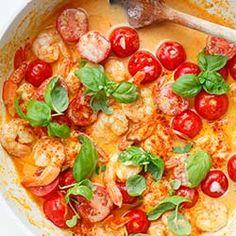 Krewetki w sosie curry z pomidorkami koktajlowymi i bazylią | Kwestia Smaku