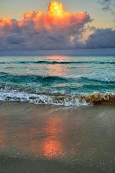 Dawn on Varadero beach ~ Cuba, Atlantic Ocean Beautiful Sunset, Beautiful Beaches, Beautiful World, Ocean Beach, Ocean Waves, Beach Sunrise, Ocean Sunset, Summer Beach, Ocean Deep