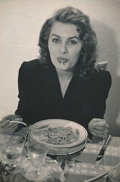 Sophia Loren ✾ eating spaghetti in a restaurant in Italy, Photo by Franco Fedeli Sophia Loren, Golden Age Of Hollywood, Classic Hollywood, Old Hollywood, Divas, La Trattoria, Spaghetti, Italian Actress, People Eating